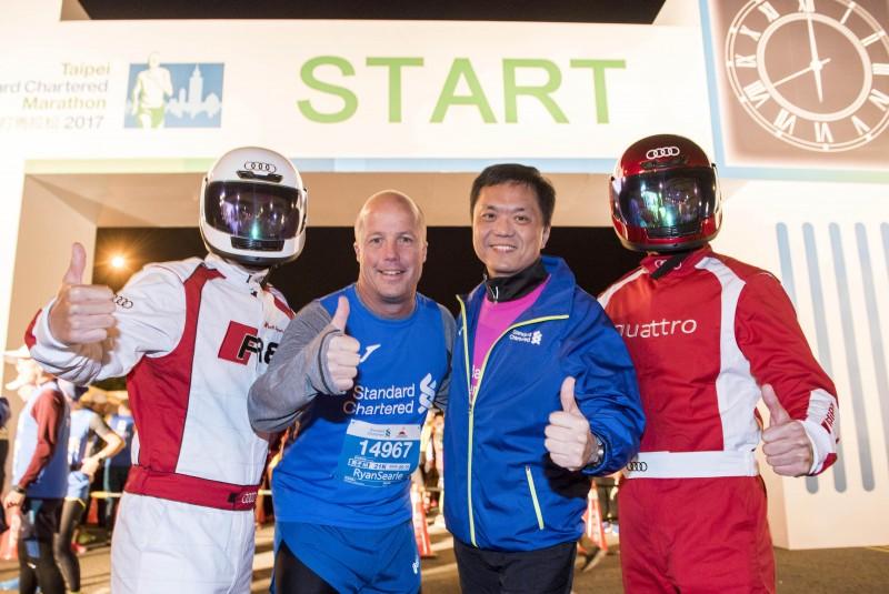 台灣奧迪總裁Ryan Searle和渣打國際商業銀行總經理陳銘僑,以及現場近3萬名跑者從總統府出發,為自己和所有跑者喝采!