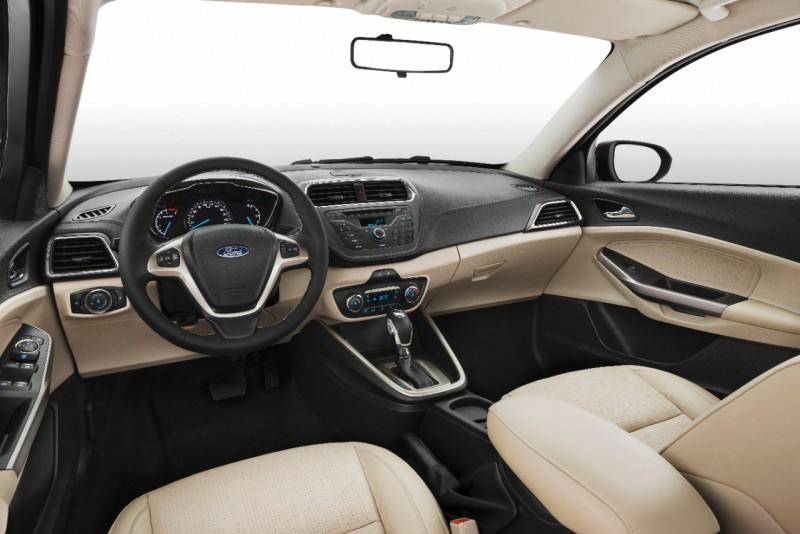 座艙內雖然簡潔流暢,但也不失Ford家族設計風格。