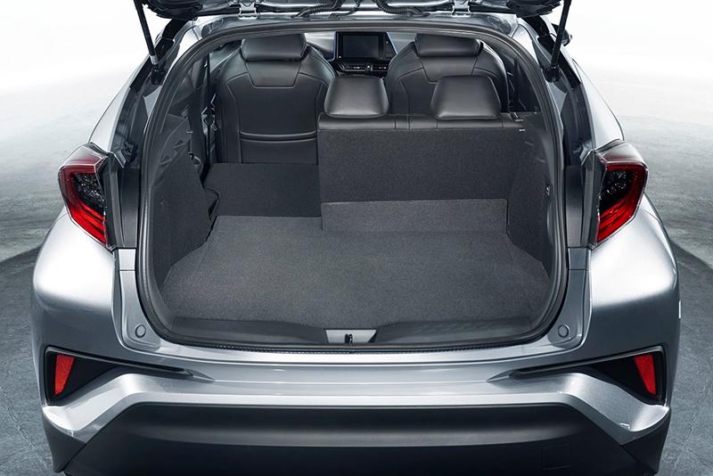 受限於造型緊縮的行李廂形狀,即便後座椅背放倒置物機能也仍稍有受限。