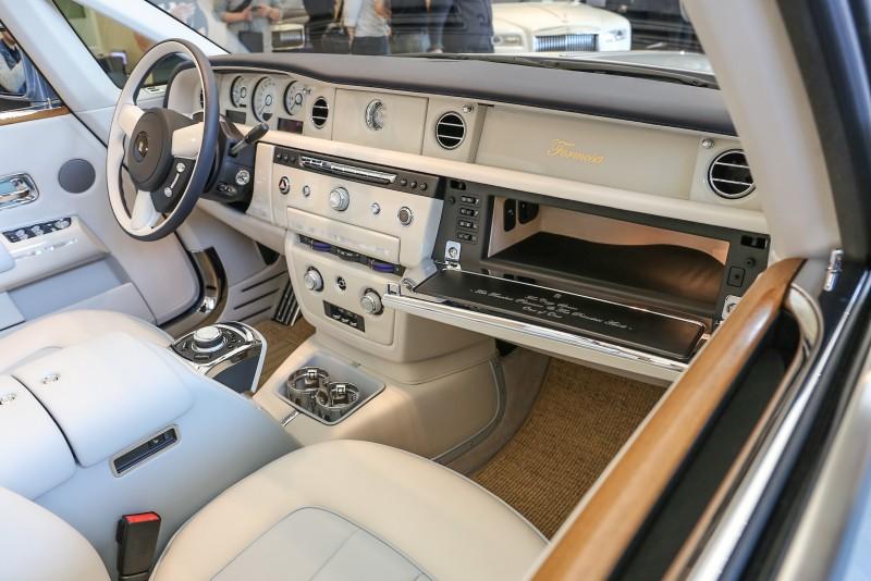汽車內裝則以Seashell (海貝殼色) 佐 Powder Blue (淺灰藍) 兩色相互輝映,再輔以海洋白木飾板點綴。