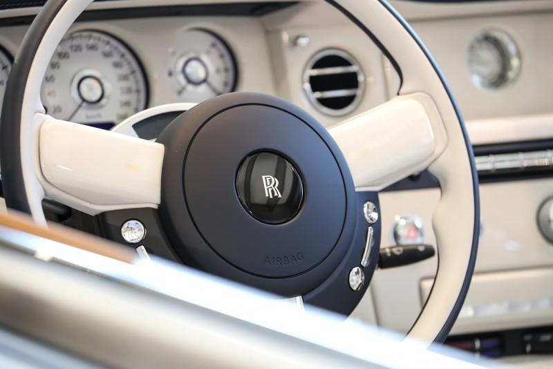 儀表板也採用高級珍珠母貝打造。