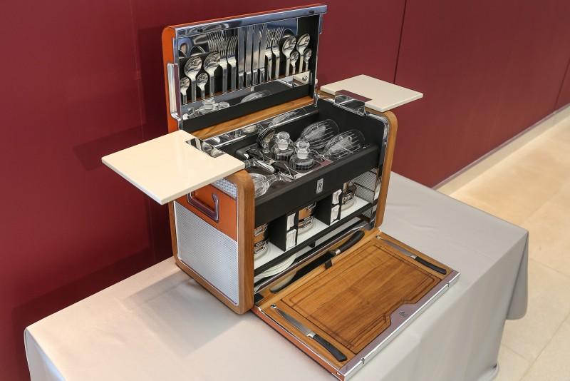 車主訂購Rolls-Royce手工訂製四人野餐箱,由最精緻的帶油柚木,手工拋光鋁板及鞍皮製成,野餐箱桌面更特別選用與車內木紋飾板同款。