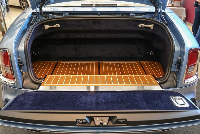後車廂一改往常由短羊毛地毯鋪墊,改以高級柚木板佐手繪白色線條為後車廂增添細膩柔美的甲板氛圍。
