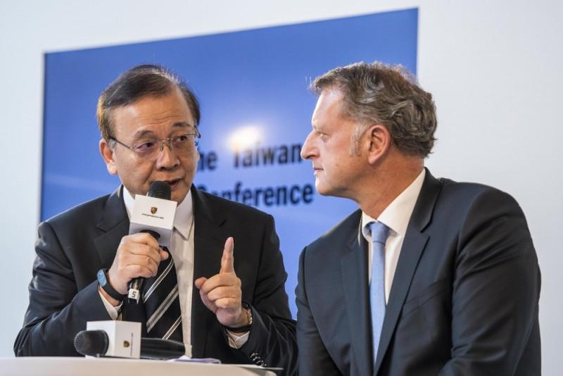 汎德永業企業集團董事長唐榮椿(左)與負責銷售與市場的保時捷全球執行董事會成員Detlev von Platen (右)。