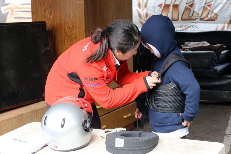 當小朋友要上車實際駕車前都會穿上基本的護具,確保安全。