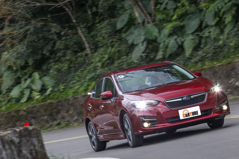 試駕主角為新世代Impreza四門1.6i-S頂級車型,售價為新台幣89.8萬元。