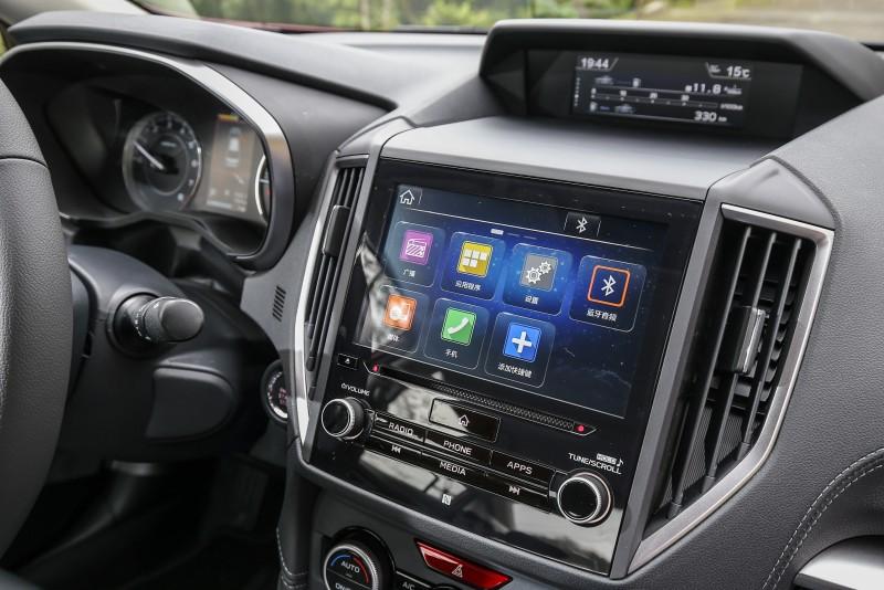 三大螢幕顯示,讓人有琳琅滿目的感受。中控台的觸控螢幕雖然面積挺大,但觸控功能不甚靈敏。