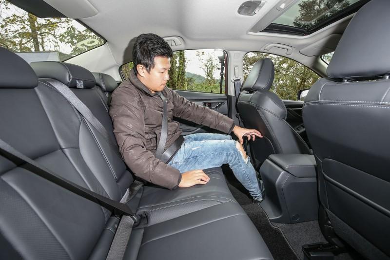 以身高173cm乘客示範,可以顯見後座乘坐空間優勢。