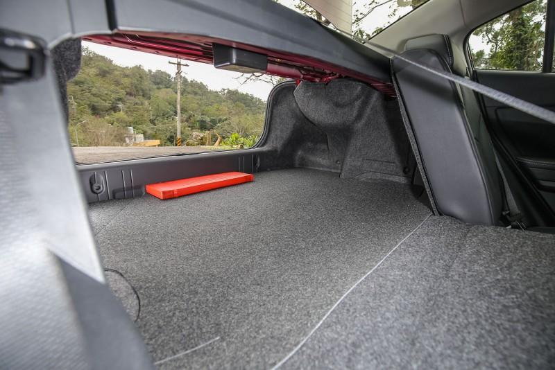 一般乘坐時後廂容積可達460公升,並可藉由後座椅背傾倒機制把空間容積再往上增加。