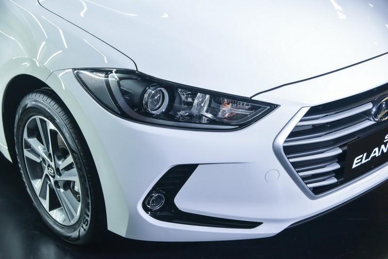 柴油尊貴款大燈中刀鋒飾條以及水箱罩外框、橫柵皆錶面採用霧銀塗裝,與其他車型不同