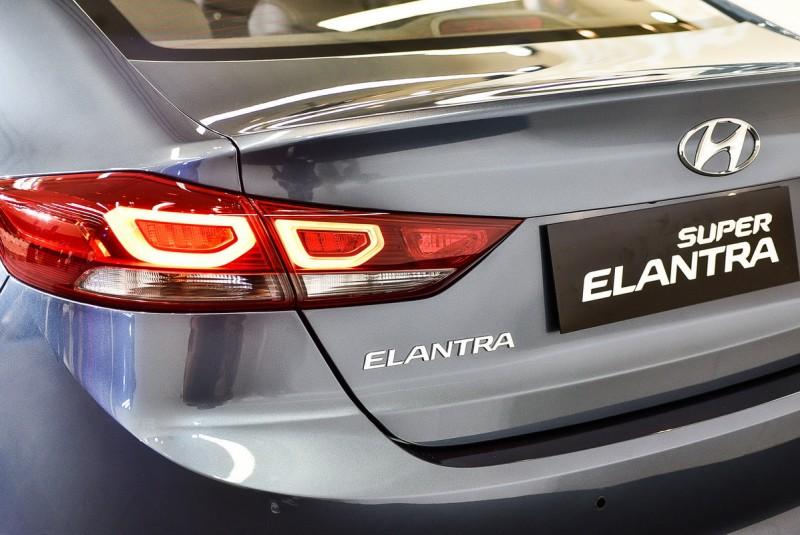 菁英款尾燈採用獨特的三環導光條顯示設計,與歐洲主流設計同步