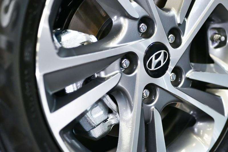 鋁圈型式都相同,在1.6汽油的豪華車型為15吋,其餘更高階車型皆為16吋