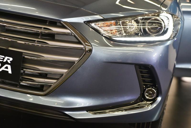 2.0汽油車旗艦款以上水箱罩增加鍍鉻飾條,圖中精英款更加裝HID頭燈與LED刀鋒晝行燈