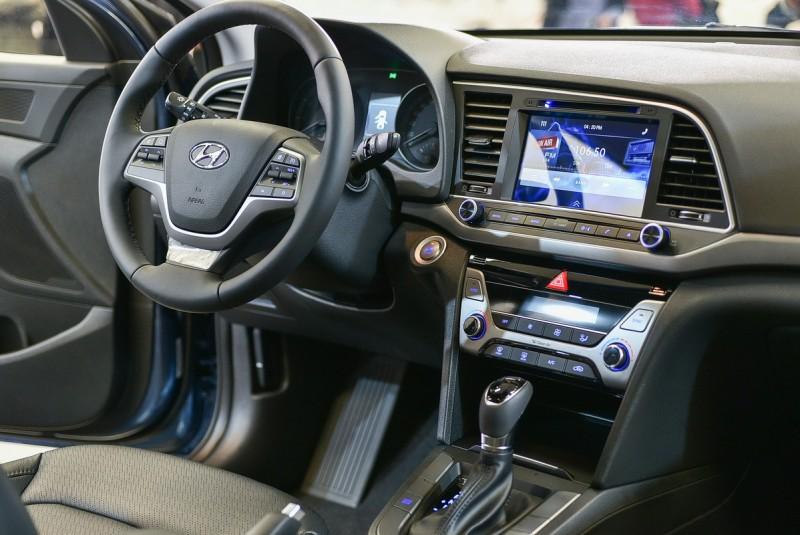 加粗的方向盤比上一代握感更好,駕駛導向設計的中控台比上一代對稱式更具操作便利性