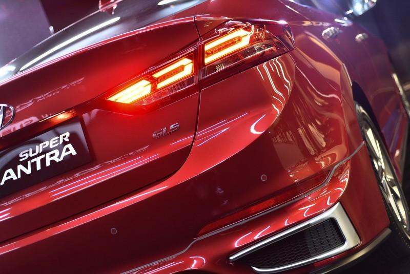 套件特裝車的尾燈導光條形式完全不同,搭配後保桿下巴空力套件,整體扮相更有殺氣
