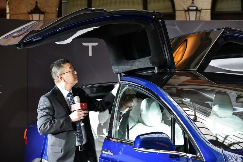 Falcon Wing隼翼車門以兩處關節做動,車門與車頂轉折處的關節負責第一段開啟,車頂的挺桿則是將L型車門上掀,角度可經由車內按鈕、觸控螢幕或鑰匙設定