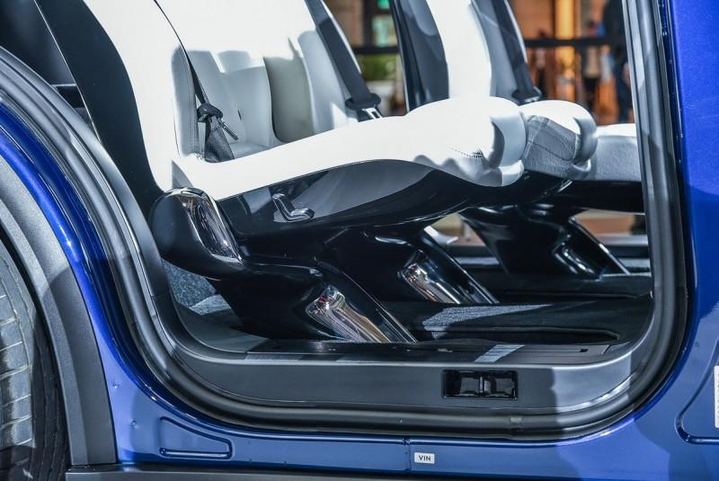 第二排座椅下方以獨特的單支架與車體滑軌相連,可水平前後滑移