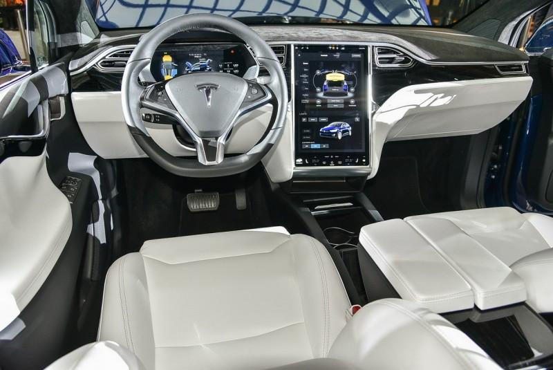 內裝以白色真皮搭配黑色飾板、麂皮鋪陳,所有車內控制功能皆由觸控螢幕面板顯示或設定