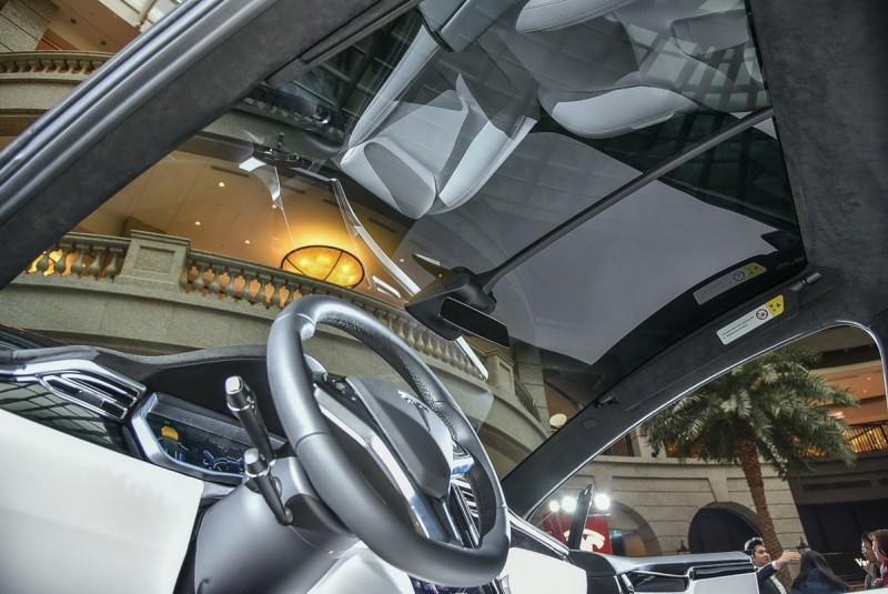 前檔玻璃延伸至駕駛上方,提供絕佳視野並兼具天窗功能