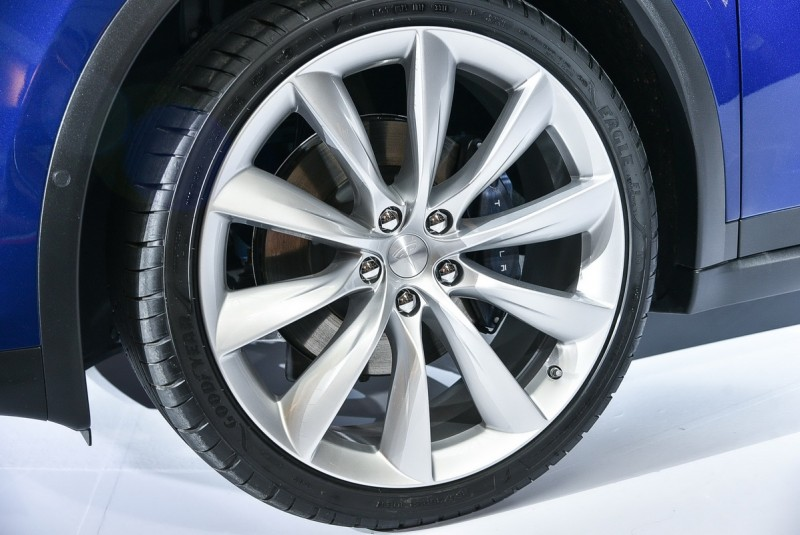 265/ 35R22配胎才能讓強大扭力緊緊抓住路面