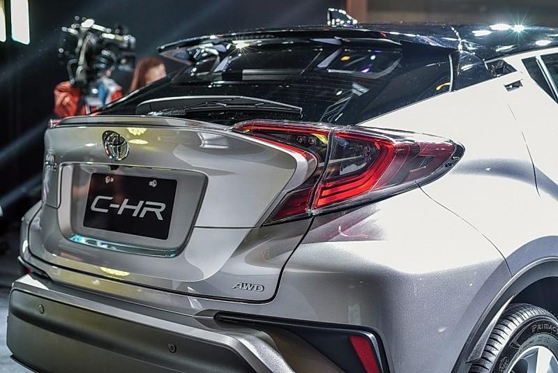尊爵版才有頭尾LED燈組,可自動分配前後軸扭力的AWD四驅系統也只給尊爵版,車重比前驅版多出70公斤,油耗略差仍有14.7km/L