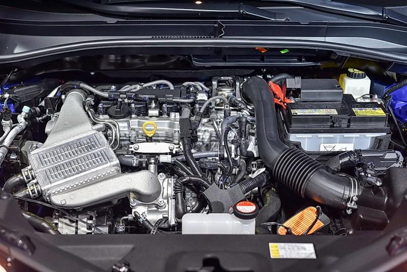 車上搭載獨特的四缸1.2升直噴渦輪增壓引擎,附有VVT-iW廣域可變氣門正時系統,可在Atkinson與Otto循環間切換,左方金屬盒子為水冷式Intercooler,右下橘色盒子是電源轉換供應器