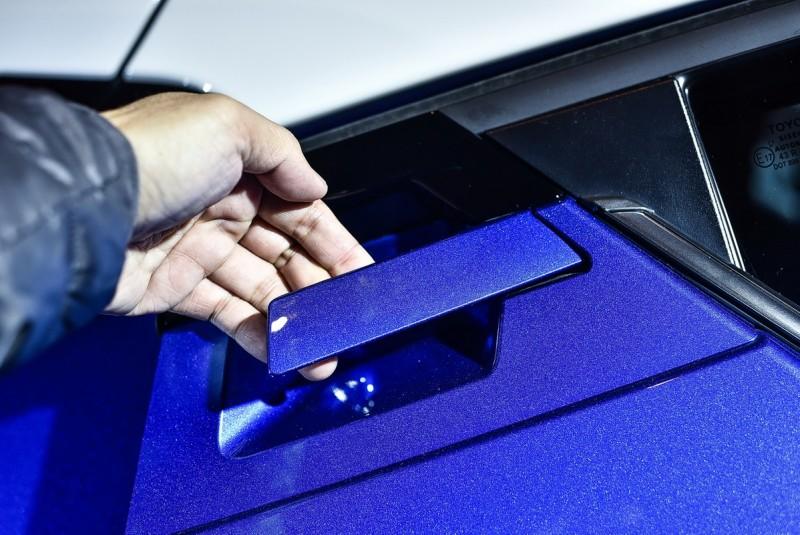 後車門把手隱藏於C柱上,可用手指由上往下或由下往上扳向車頭開啟,門把位於鈑件與、車身線條交會點顯得有些複雜不夠簡潔,實際操作有些晃動感