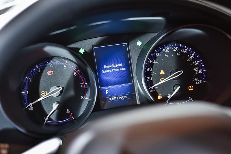 儀錶並未採用最新的數位液晶螢幕形式,但中央小螢幕仍可顯示行車資訊