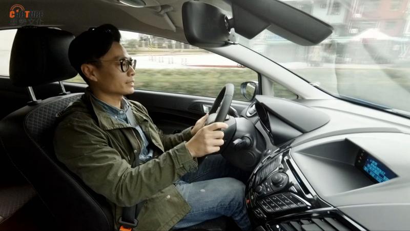 小葉駕駛著Ford Fiesta追求女主角「香頭」會遇到什麼難題呢?
