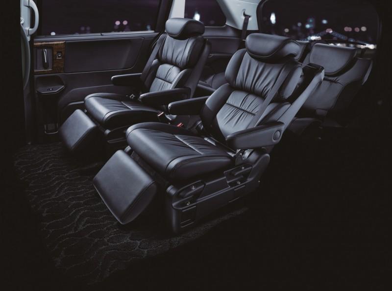 ODYSSEY七人座的第二排「極」尊榮全舒展式舒壓座椅,以頂級舒適、加倍柔軟、追求極致放鬆,實現了被包覆般的舒適乘坐感