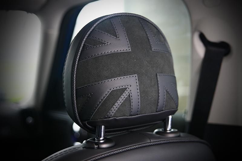 ▲大圓中控螢幕、撥桿式控鍵、空調介面甚至頭枕後方的英國旗都是相當Mini的經典設計。