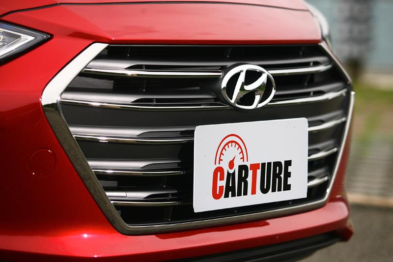 將下氣霸一併整合的大面積六角形水箱護罩,是Hyundai汽車當前的家族共同表徵。