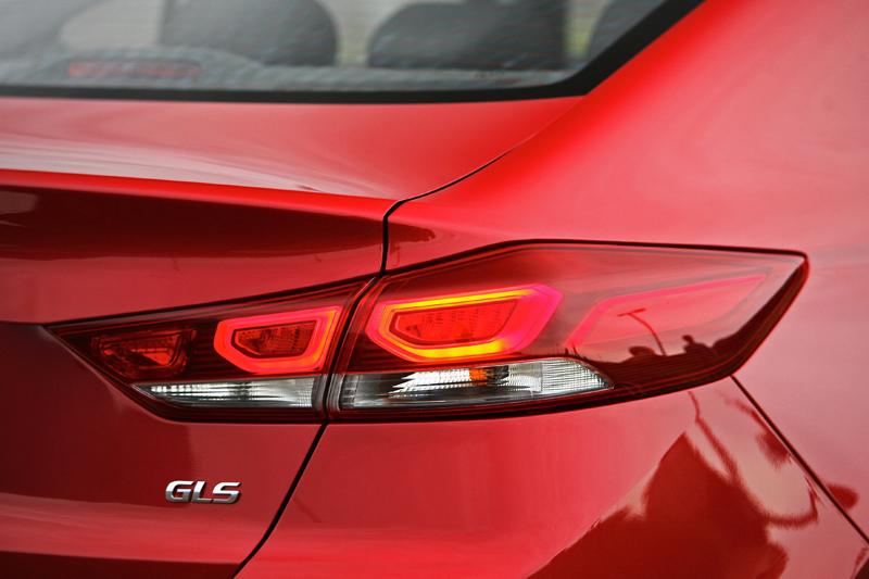 在頂規車型上尾燈用上了LED光條設計,質感更佳。