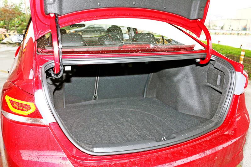 在試駕的2.0菁英版上還配有Smart Trunk智慧感應尾廂開啟功能,當車輛都上鎖的情況下,車主只要將感應鑰匙帶在身上,靠近車尾感應約三秒,艙蓋就會自動開啟,無須做任何其它動作。