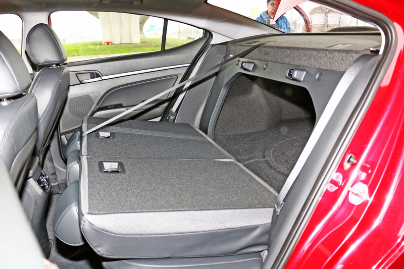 Super Elantra的行李廂容積為485L,同時也可藉由4/6分離的後座椅被翻倒功能擴充運載機能。