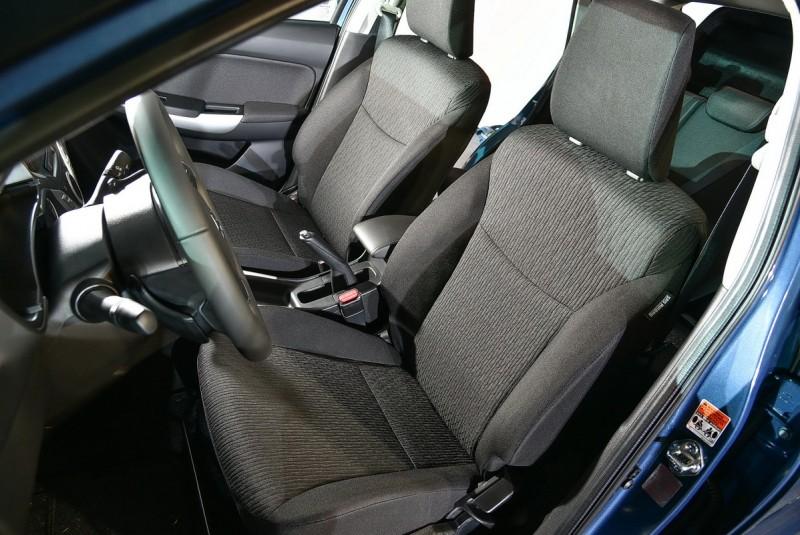 前座椅坐感相當舒適而且包覆性出乎意料的好。