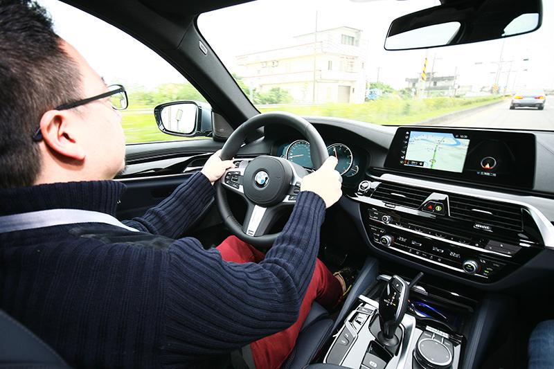 半自動駕駛功能控鍵集中在方向盤左側,選配價格依車型不同約略在12萬元上下。