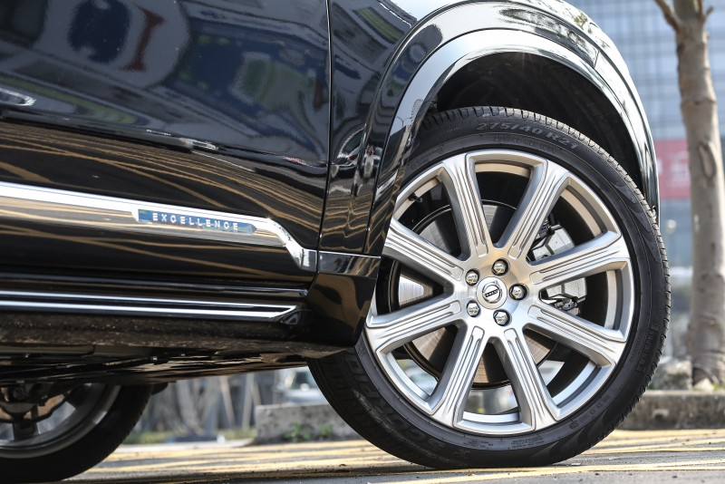 高達21吋鋁圈規格搭配車側專屬飾條,美感與質感兼具。
