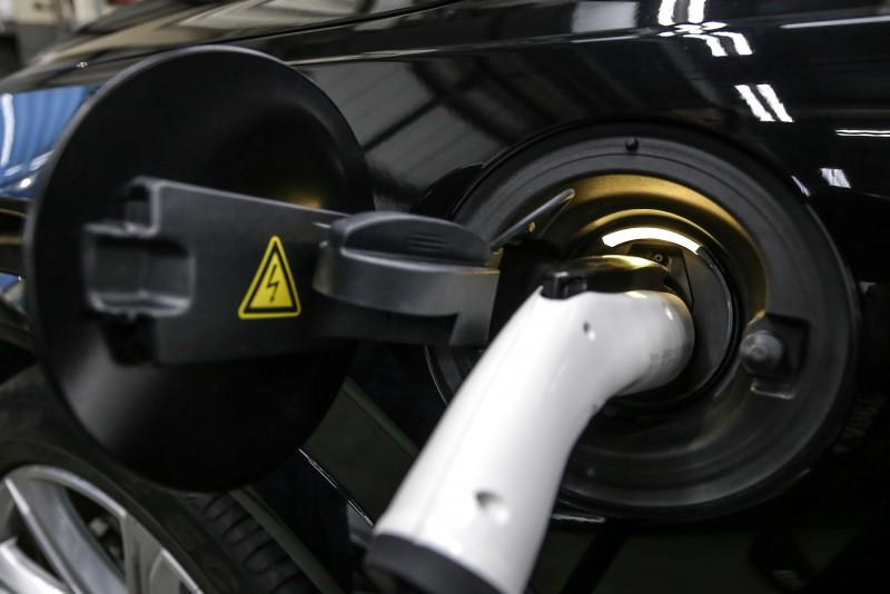 充電過程會於充電座與儀表內顯示。