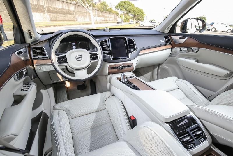 座艙設計與一般車型大抵相同,於配備與用料展現差異化。
