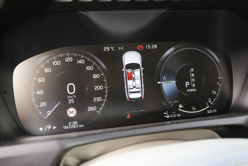 12.3吋數位整合資訊儀表組是XC90全車系標準配備。