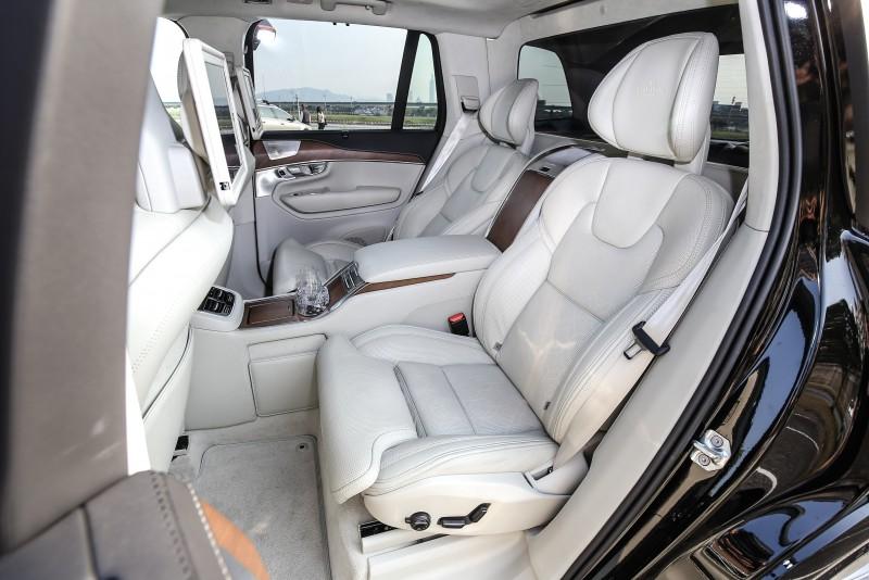 雙獨立後座設計提供多向電動調整功能。