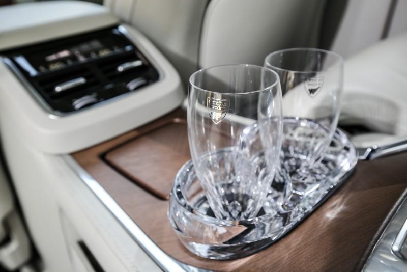 為此兩只Orrefors水晶杯設計了專屬的水晶座,讓行進間的水晶杯能固定的暨穩定且精美。
