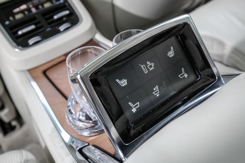 後座專屬控制介面,採取隱藏式設計。