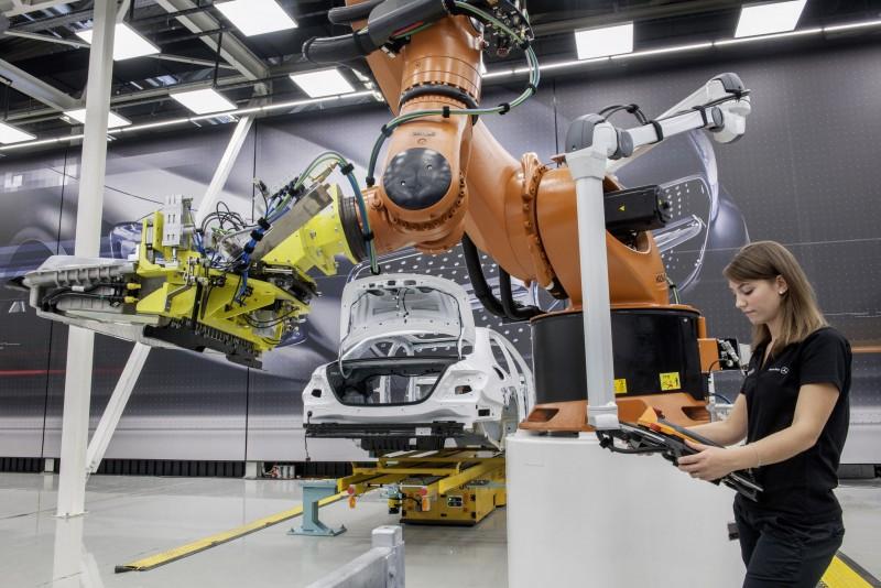 積極轉型為「智能工廠」的Mercedes-Benz生產線,將導入諸多先進科技將人機結合之數位化製程並有效提升生產線的靈活度與效率,實踐以人為主的革新思維