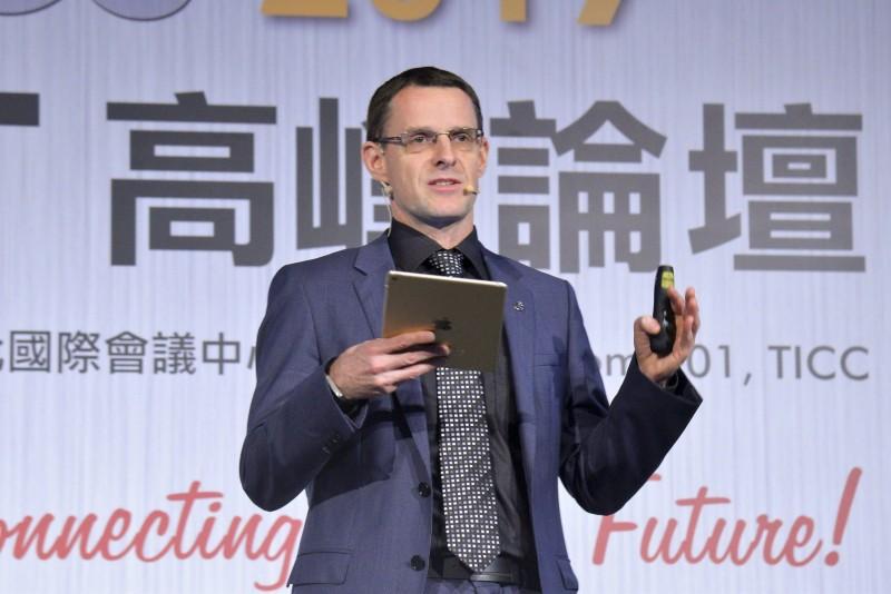 台灣賓士總裁邁爾肯Mr. Eckart Mayer以「汽車產業新浪潮—Mercedes-Benz的工業40」主題演講說明Mercedes-Benz於工業40浪潮中所產生的革新與進化