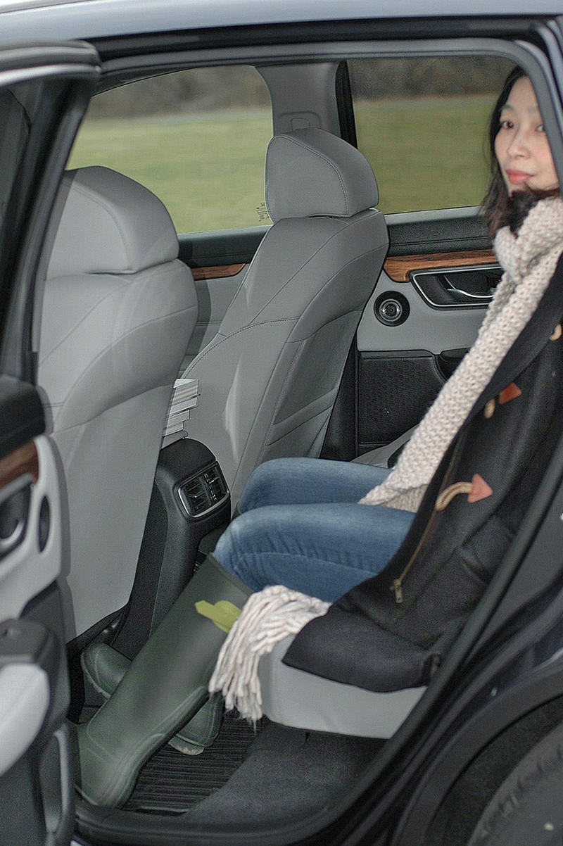 身高168cm的長腿特派員坐在後座,看得出來膝蓋離前座椅背還有相當空間,坐起來應該相當愜意。