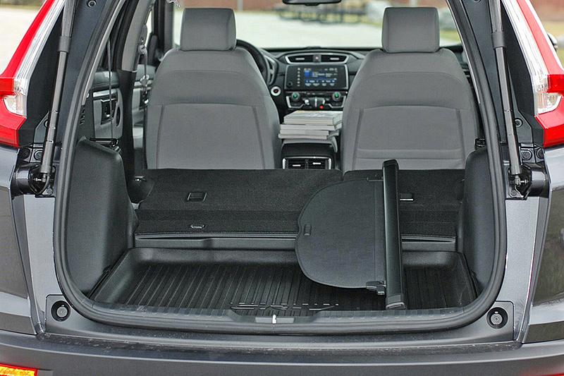 行李廂底板下方有著防汙膠盤設計,更加容易清潔整理。