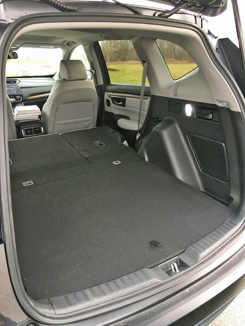 後座椅背前傾之後鋪上底板,行李廂就變出一個相當平整的置物空間了。