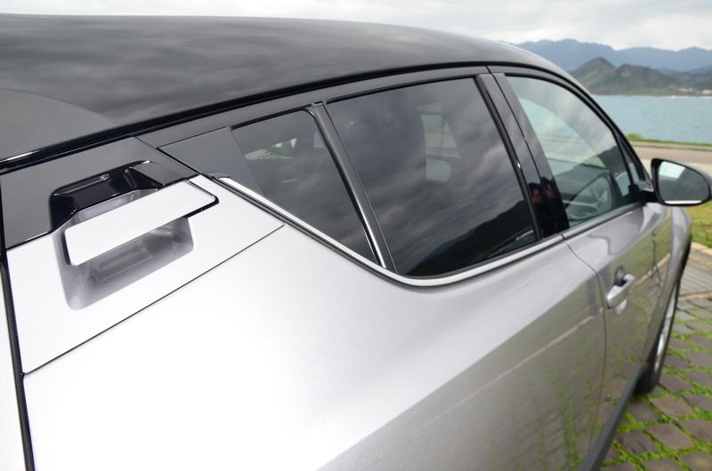 ▲頗具創意的車門把手設計在後三角窗上方,但過高的位置對小朋友而言操作上不甚方便